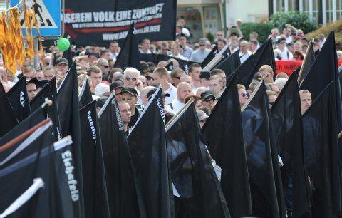 Neonazis am 14.08.2010 nach ihrem Aufmarsch für eine Kundgebung in Bad Nenndorf.  Foto: dpa