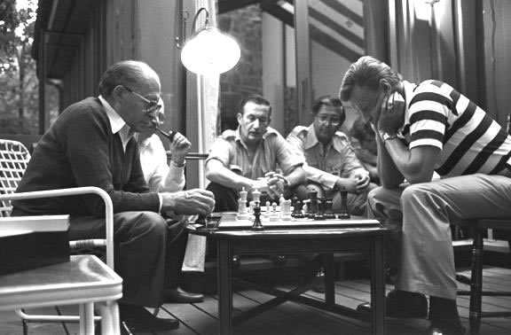 Madrid mueve - Страница 9 Israeli-Prime-Minister-Menachem-BEGIN-engages-BRZEZINSKI-in-a-game-of-chess-at-CAMP-DAVID