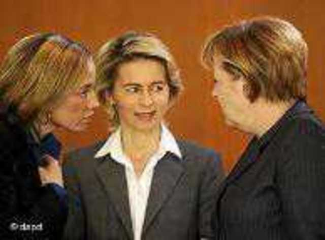 (soldan sağa) Aile Bakanı Schroeder, Çalışma Bakanı Leyen ve Başbakan Merkel
