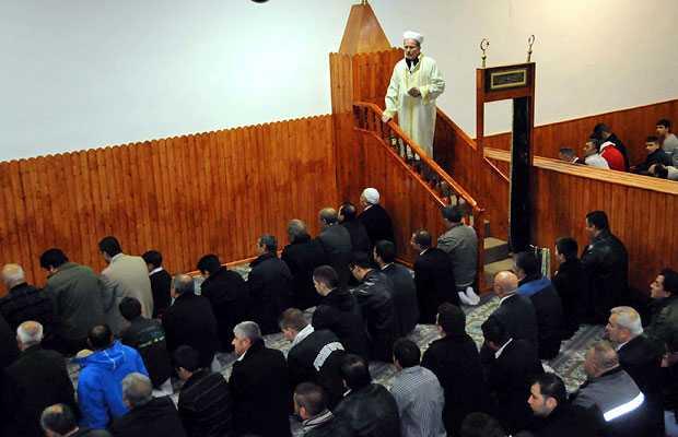 Almanya'nın çeşitli kentlerinde yaşayan Müslümanlar, Kurban Bayramı namazının ardından birbirleriyle bayramlaştı
