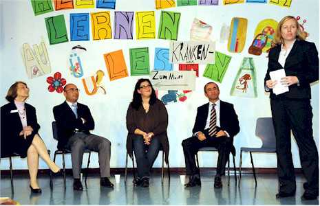 """Berlin Muavin Konsolosu Mert Doğan, """"Gençler için Meslek Perspektifleri"""" adlı panelde yaptığı konuşmada, Almanya'da yaşayan Türk gençlerin en iyi eğitimi almalarını istediklerini söyledi"""