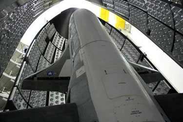Amerikan Hava Kuvvetlerinin yedi ay önce uzaya fırlattığı, görev ve amacı açıklanmayan, küçük bir mekiğe benzeyen insansız uzay aracı X-37B, bu sabah erken saatlerde Vandenberg Hava Kuvvetleri Üssü'ne indi.