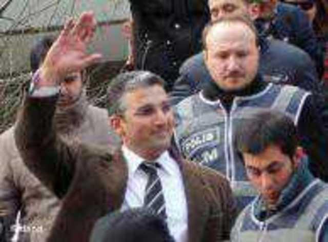 """Gözaltına alınan gazeteci Nedim Şener'e 2010 yılında Uluslararası Basın Enstitüsü (International Press Institute) tarafından """"Basın Özgürlüğü Kahramanı"""" ödülü verilmişti"""