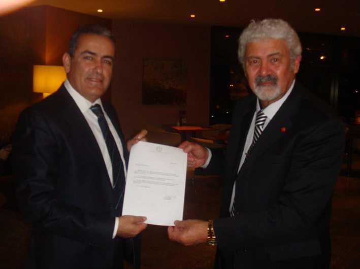 Dr. Ata Atun, Kaptan Muhsin Emirsoy'a Cumhurbaşkanının Mesajını Takdim Ederken