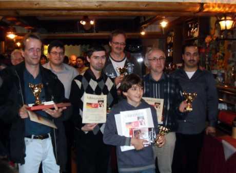 Ödül kazanan oyuncular ve kulüp baskanlari (soldan saga) Alex Johannes, Güven Manay, uluslararasi usta Eugen Haskelmann, Alex Peters, Muhammed Enes Osta, Dr. Thomas Schunk, Izzet Yilmaz