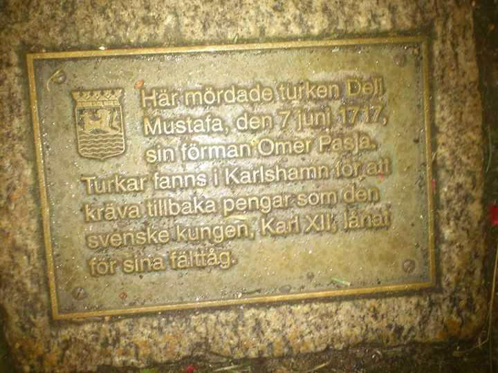 ( Här mördade turken Deli Mustafa, den 7 juni 1717 sin föman ömer pasja ( paşa ) Turken fanns i karlshamn för att kräva tillbaka pengar som den svenska kungen, Karl XII lånat för sina fälttåg )