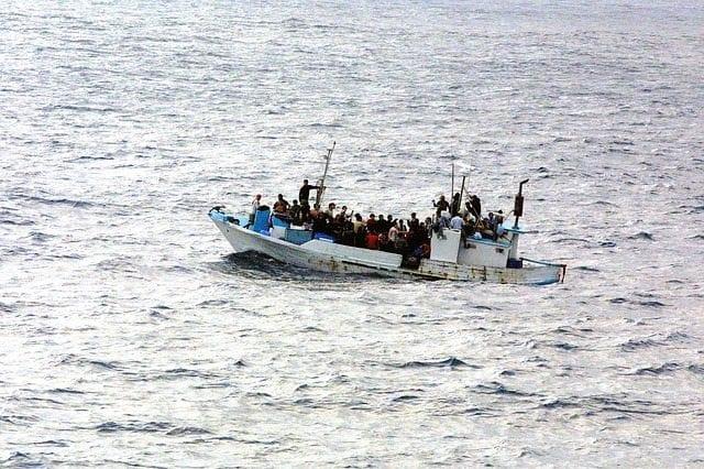 Teknelerle Avrupa'ya gitmeye çalışan göçmenler