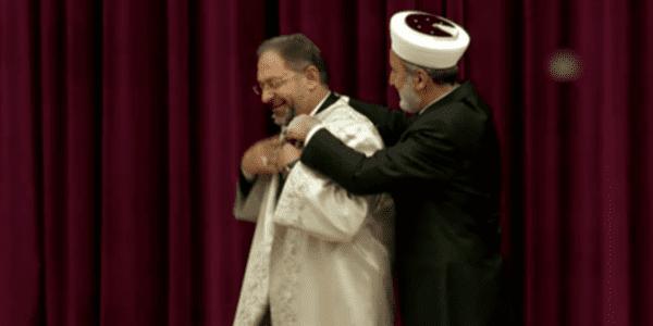 Ali Erbaş diyanet işleri başkanlığı cübbesini giyerken