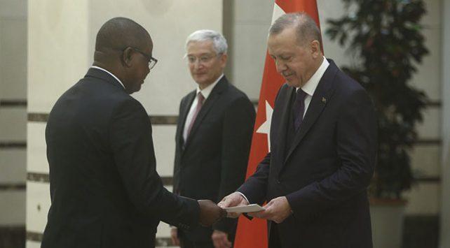 Burundi Büyükelçisi Bikebako Cumhurbaşkanı Erdoğana güven mektubu sundu