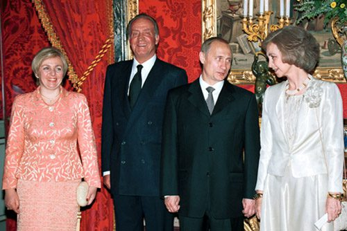Meeting of Juan Carlos and Sofía with Vladimir Putin and Lyudmila Putina in 2000 during an official state visit of the latter to Spain  MADRID. President Vladimir Putin, King Juan Carlos I of Spain and Queen Sophia (right) before a dinner in the Oriente Palace.