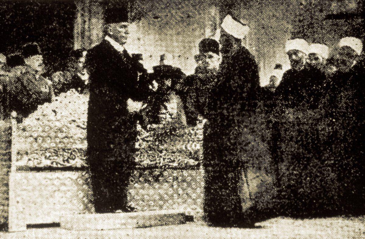 Abdülmecid Efendi için yapılan hilâfet töreni (Mufassal Osmanlı Tarihi, İstanbul 1972, VI, 3648)